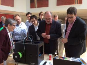 Die Teilnehmer der Info-Veranstaltung in der SPD-Landtagsfraktion bestaunen den 3D-Drucker der Stadtbibliothek Köln.