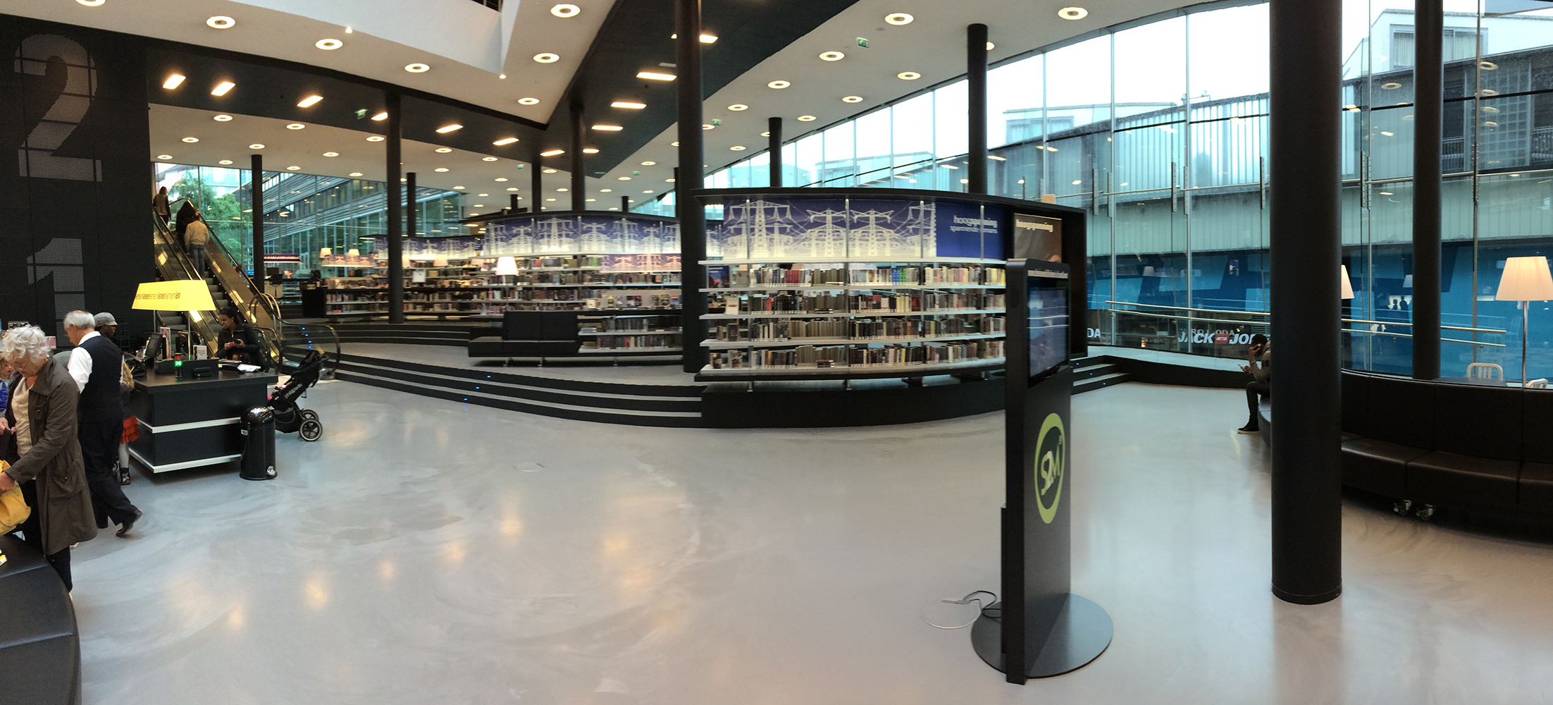 """Beim Blick in die """"Nieuwe Bibliotheek"""" von Alemere könnte man meinen, in der Mayerschen Buchhandlung oder bei Thalia gelandet zu sein..."""