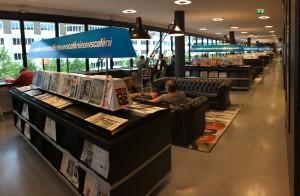 """Ein reichhaltiges Zeitschriftenangebot und richtig gemütliche Sitzecken locken nicht nur Studenten in die """"Nieuwe Bibliotheek""""."""