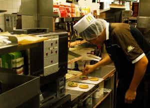 Genau 12,5 Gramm Salat kommen auf den Chickenburger. Da ist Fingerspitzengefühl gefragt.