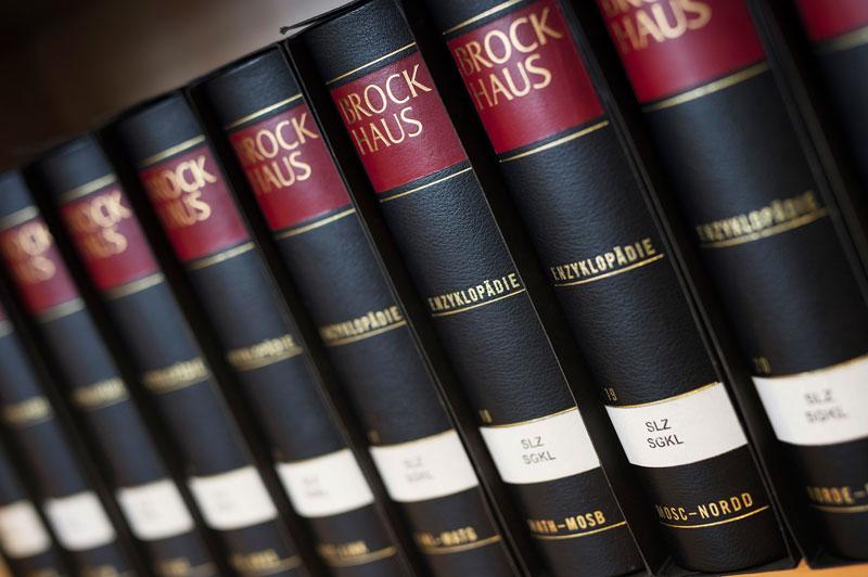 Auch der Brockhaus ist längst ein Fall fürs Archiv (Foto: Bettina Engel-Albustin)