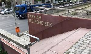 """An vielen Stellen schneiden Wege eine Bresche in den Park, der lange """"verbotene Welt"""" war, weil hier Züge fuhren."""